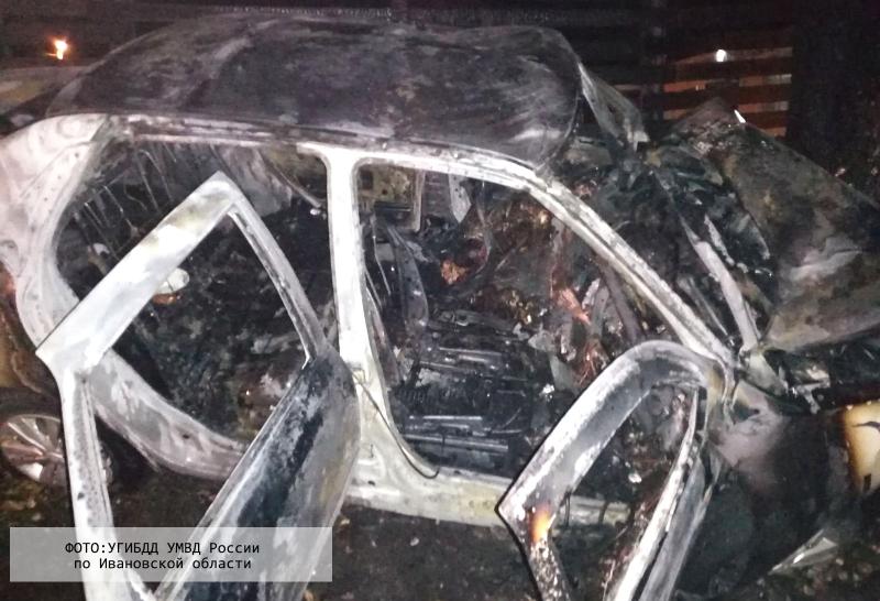 Иномарка с женщиной за рулем в Ивановской области врезалась в дерево и вспыхнула, погибли два человека (фото)